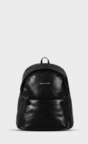 Černý kožený batoh s leštěným zipem. Batoh je vypodšívkovaný. Dvě kapsy a jedna vnitřní.