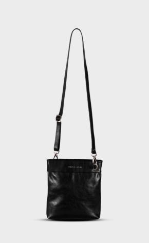 Černé kožené crossbody s leštěným zipem. Taška je vypodšívkovaná. Jedna hlavní kapsa.